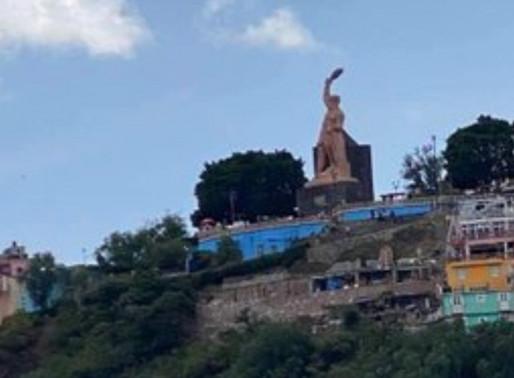 Pintan a 'El Pípila' de azul en Guanajuato