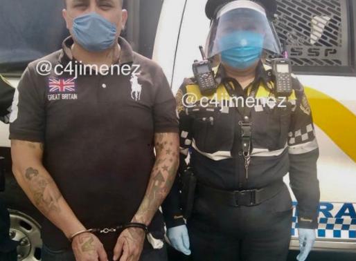 MUJER POLICÍA ARRESTA A HOMBRE CON MOTO ROBADA