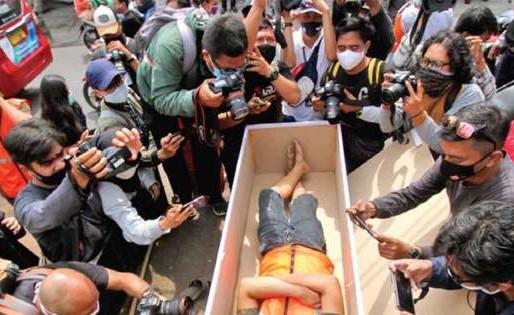 Indonesia castigará en 'ataúd' si no usan cubrebocas