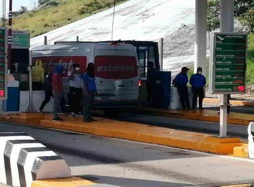 Normalistas de Ayotzinapa toman caseta a la entrada de Acapulco
