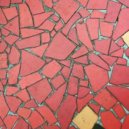 De material descartado a sucesso de decoração: a história do famoso piso de caquinhos de cerâmica.