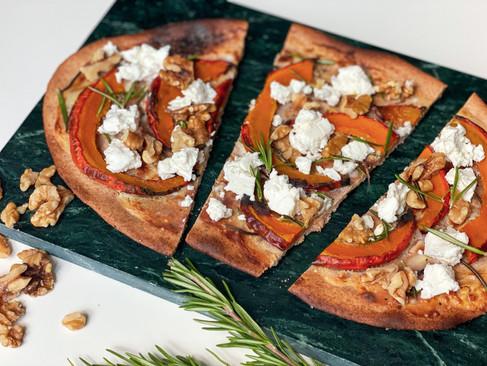 Kürbis-Flammenkuchen: Vegetarischer Flammenkuchen mit Feta