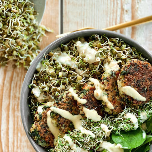 High Protein Bowl: mit Quinoa Bratlingen und Sprossen