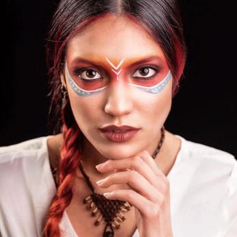Modèle femme cheveux tressés pour coloration Pure Pigments
