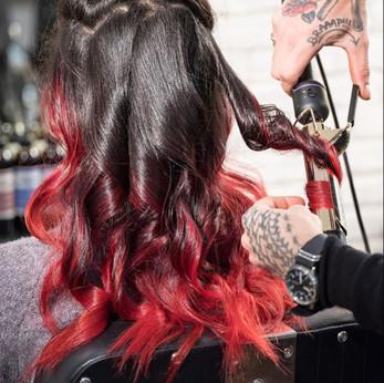 Modèle femme cheveux bouclés noir avec pointes rouge créé avec la coloration pure pigments de Togethair