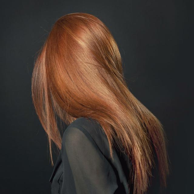 Modèle femme cheveux lisses coloration Nabè