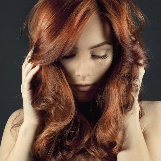 Modèle femme cheveux bouclés coloration Nabè