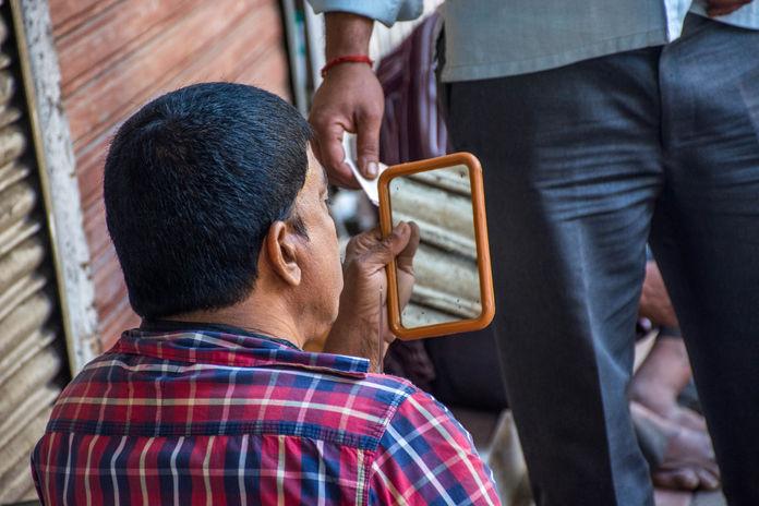 shaving-on-the-road-mumbai.jpg