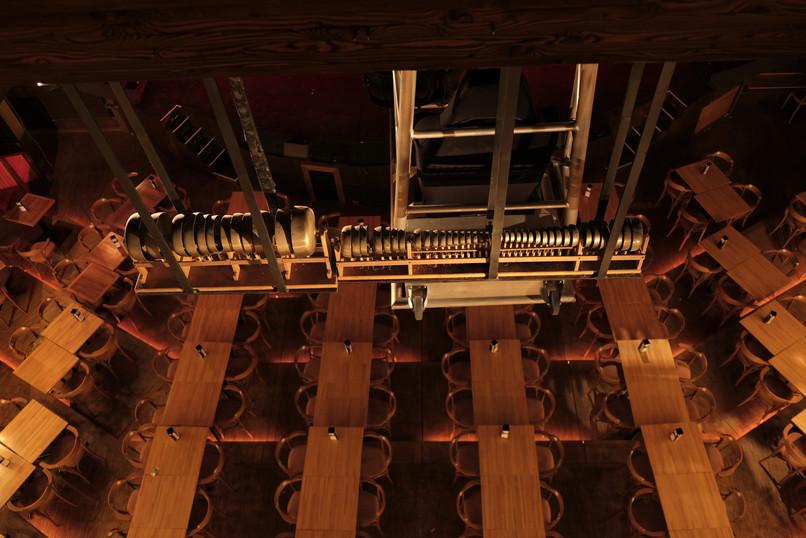 Carillon, uspendu au milieu de la salle.