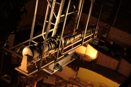 Carillon, suspendu au milieu de la salle.