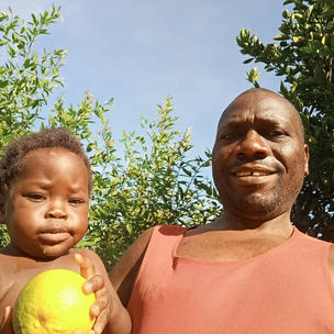 Oranges from tree brought with change from solar pump