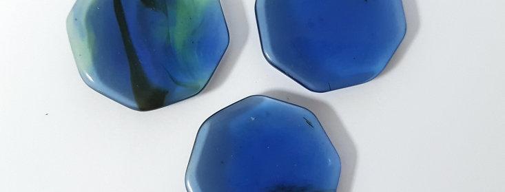 Blauwe Obsidiaan Knuffelsteen in buideltje met beschrijving