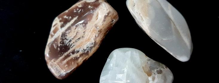 Maansteen Knuffelsteen in buideltje met omschrijving