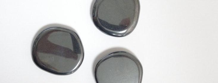 Hematiet Knuffelsteen in buideltje met beschrijving