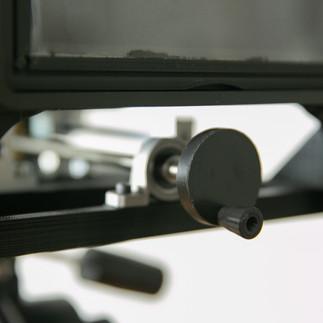 送りネジを使った伸縮機構。