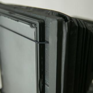ピント用のスクリーンはアクリルに艶消しスプレーを吹いて制作。ガラスのスクリーンよりもかなり粒子が粗いです。