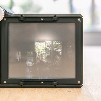 構図を決めるためのスクリーンとピントを調整するためのノブ。