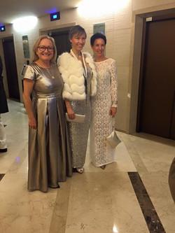 Barbara (desno) v obleki MJZ Fashion