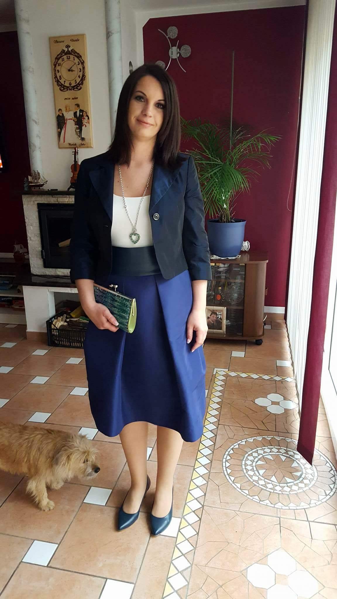 Nina v oblačilih MJZ Fashion