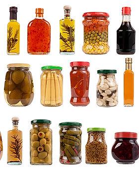 Los frascos y botellas con Pickles