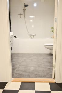 De ingang naar de badkamer