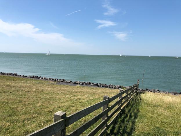 Uitzicht vanaf de dijk bij het IJsselmeer