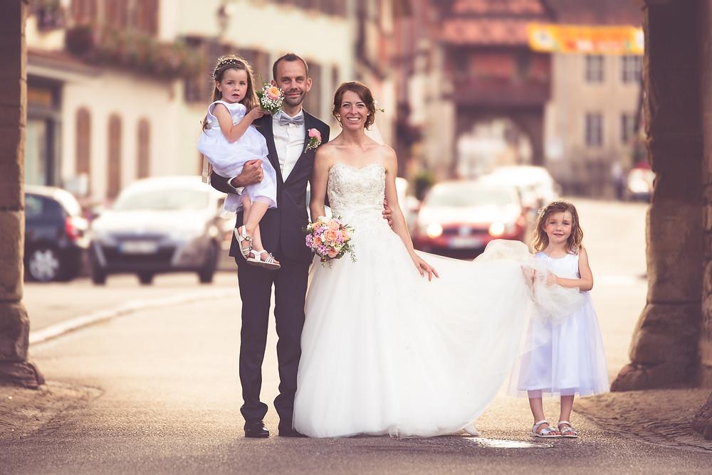 Couple de mariés et leurs deux filles