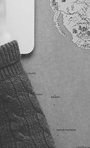 Mão apoiada em um notebook