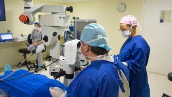 Equipe médica do ICOB em procedimento cirúrgico