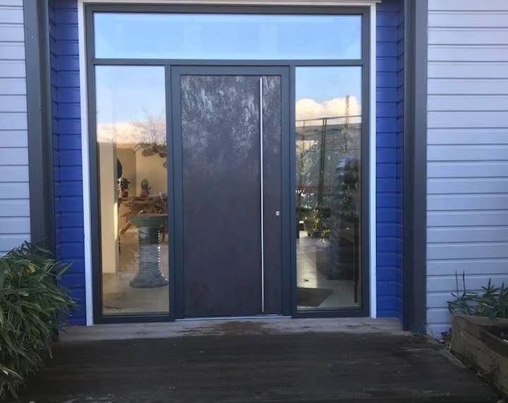 Porte d'entrée type Planaire en aluminium avec une teint de surface extérieur en céramique, posée à Bois-Guillaume, de chez Finstral