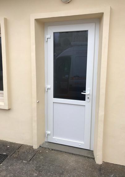 Porte d'entrée PVC de profil DECEUNINCK posée à Bonsecours