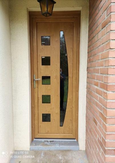 Porte d'entrée PVC de profil DECEUNINCK, posée à Malaunay, de chez Cap isoplas