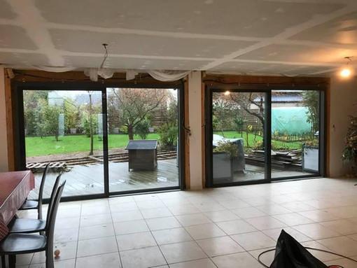 Porte levante coulissante - aluminium intérieur et vitrage extérieur - ouvrant Fin-Slide,  posée à Bois-Guillaume, de chez Finstral