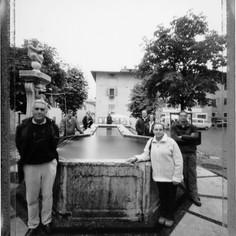 Amici vecchi e nuovi attorno alla fontana