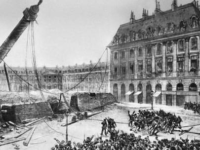 Davanti a una folla in festa oggi è stata abbattuta la colonna Vendôme