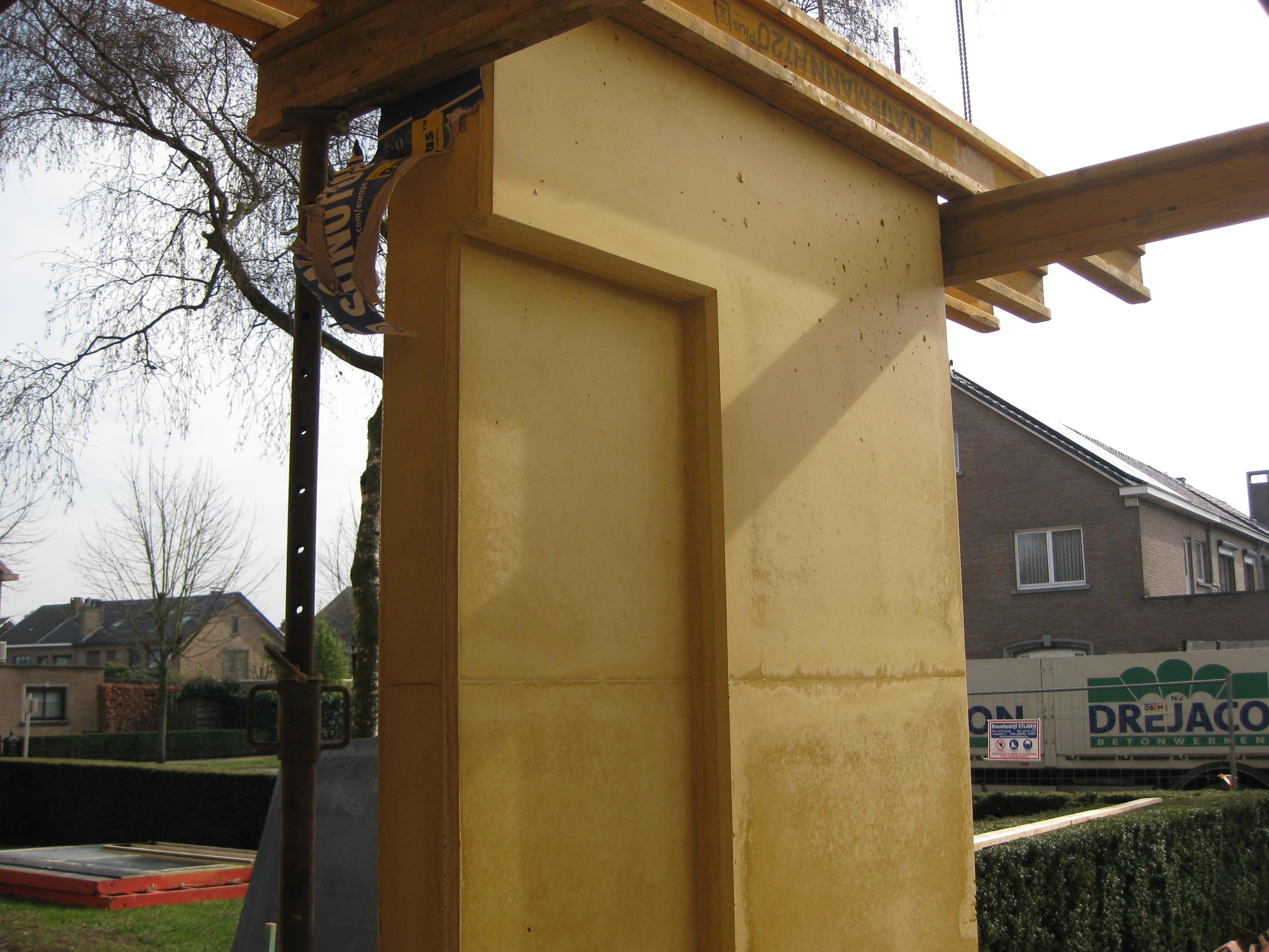 Luifel en kolom gekleurd beton