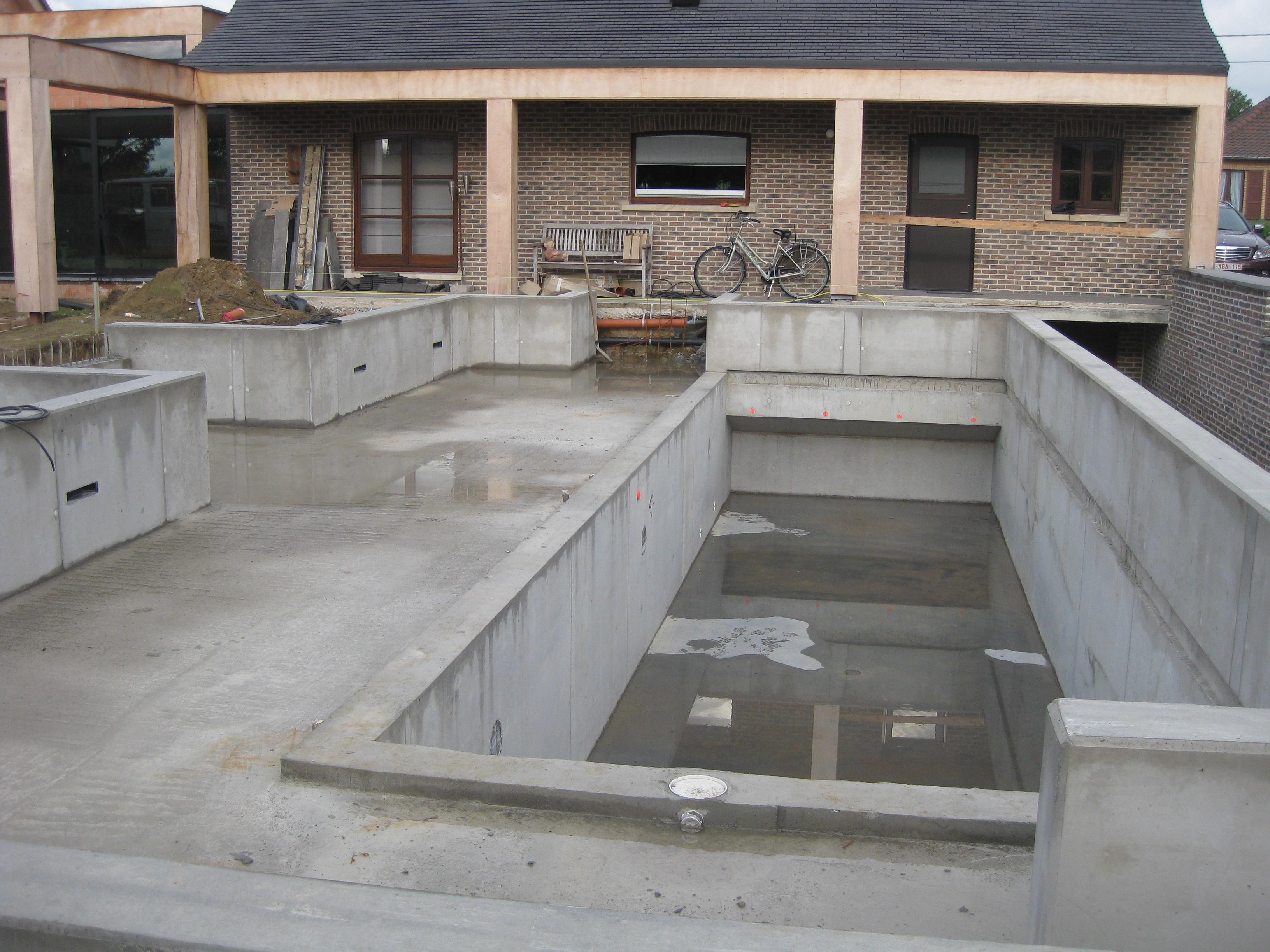 Betonwerken buitenaanleg met zwembad