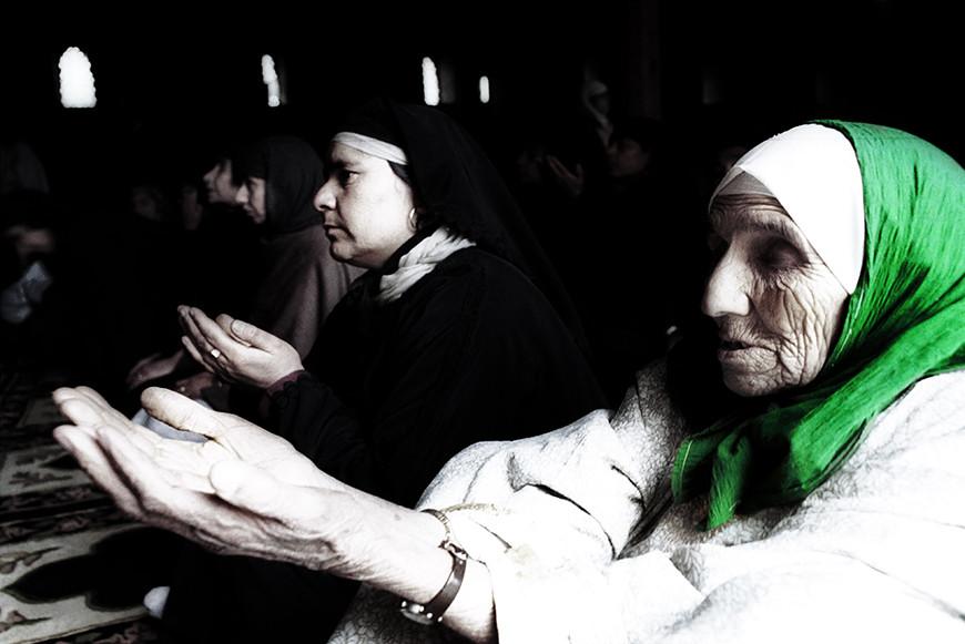 Una mujer reza en la mezquita de Srinagar, Cachemira.