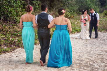 Wedding photography: wedding party portraits on the beach