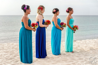 Wedding photography: party at ceremony, altar on the beach, caribbean ocean