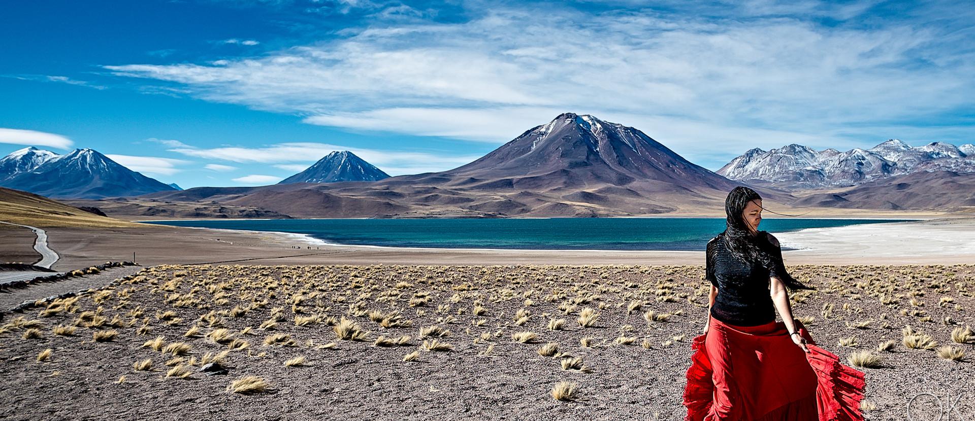mujer bailando laguna miscanti desierto de atacama lagoon desert volcano woman dancing skirt dress blue skies portrait retrato