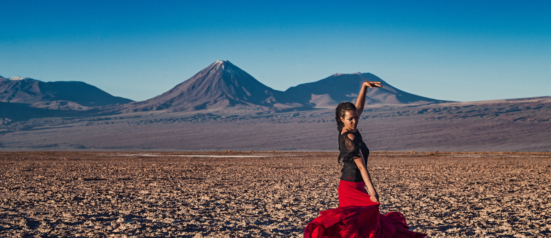 mujer bailando desierto de atacama desert volcano woman dancing skirt dress blue skies sunset retrato portrait