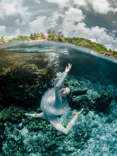 Dancer posing underwater splitshot