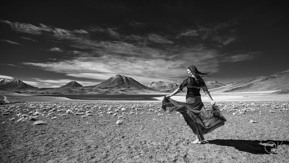 mujer bailando laguna miscanti desierto de atacama lagoon desert volcano woman dancing skirt dress blue skies b&w portrait retrato