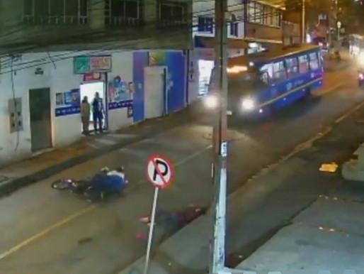 En Vídeo || Mujer es atropellada por una moto y luego un taxi le pasa por encima
