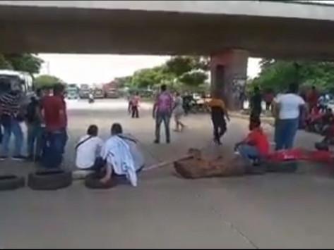 En Vídeo || Conductores de buses bloquean la Circunvalar en protesta por los atentados