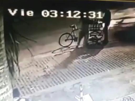 Camioneta atropella a vendedor ambulante en Barranquilla y huye del lugar