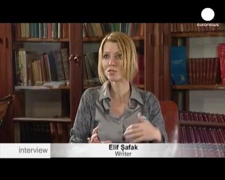 Yazar Elif Şafak ile röportaj - Euronews.