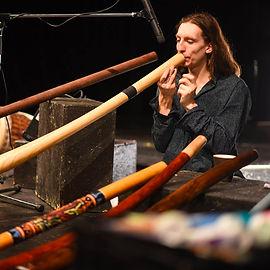 Dalibor Neuwirt v olomoucké kavárně nafukuje vaky při cyklickém dechu didgeridoo
