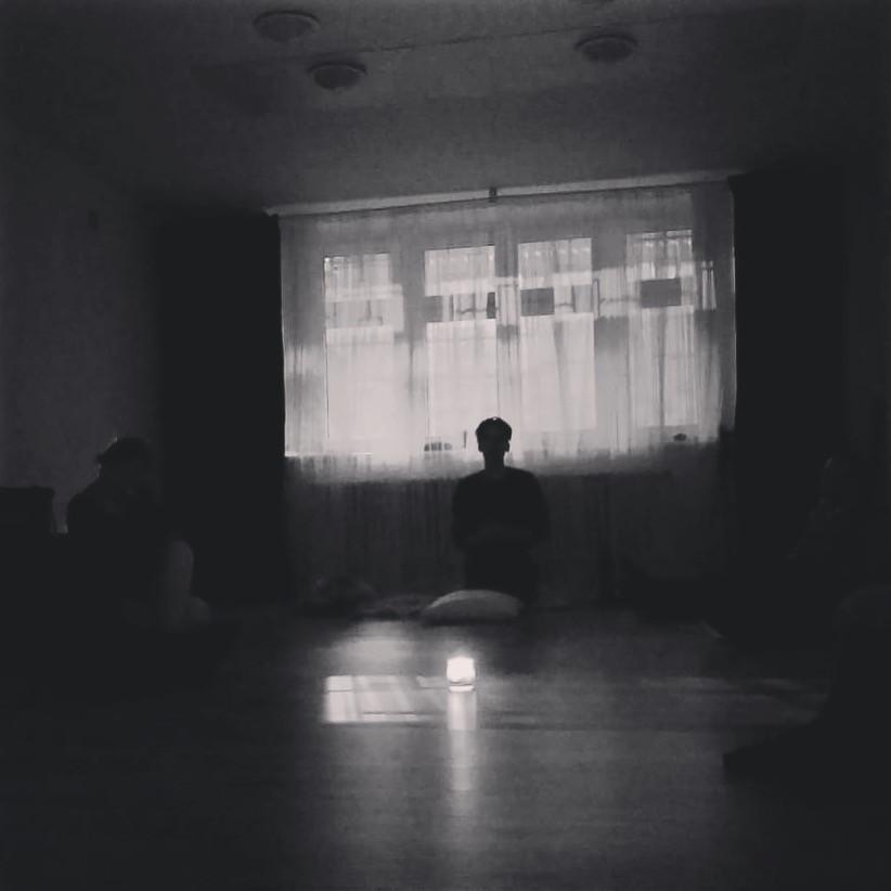 Silueta Dalibora v přítmí při zpěvu dlouhých tónů a vokálů, se semestrální skupinou v Praze